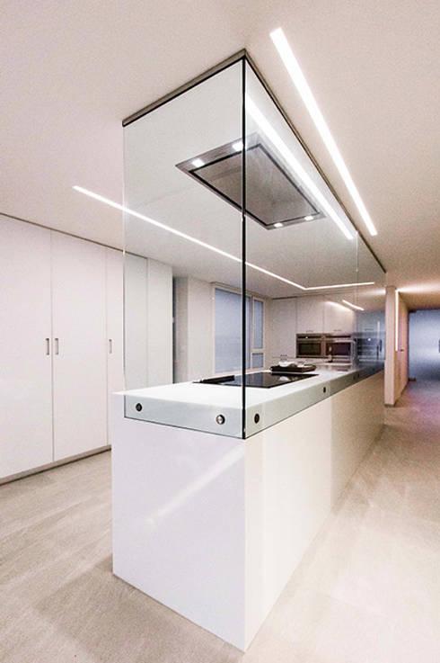 Cocina con isla y cristal en forma de 'L' - Casa Moncofa - Chiralt Arquitectos : Cocina de estilo  de Chiralt Arquitectos