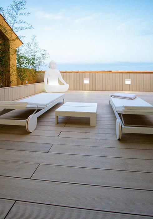Terraza de la primera planta con las vistas del mar de fondo - Casa Moncofa - Chiralt Arquitectos : Terrazas de estilo  de Chiralt Arquitectos