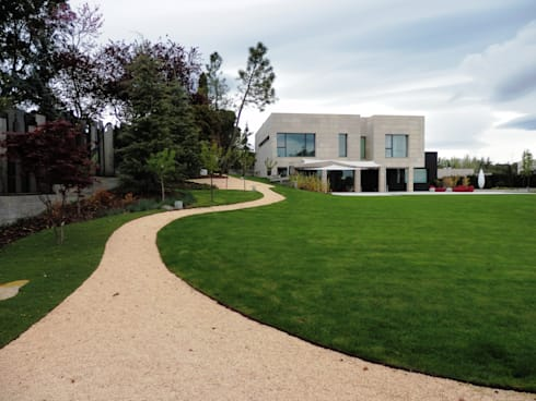 Vista de la casa desde el cenador : Jardines de estilo moderno de ISAURA ROMEO ESTUDIO DE PAISAJISMO