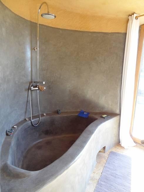 Une maison paille au bout du monde: Salle de bain de style  par Karine Montagnon