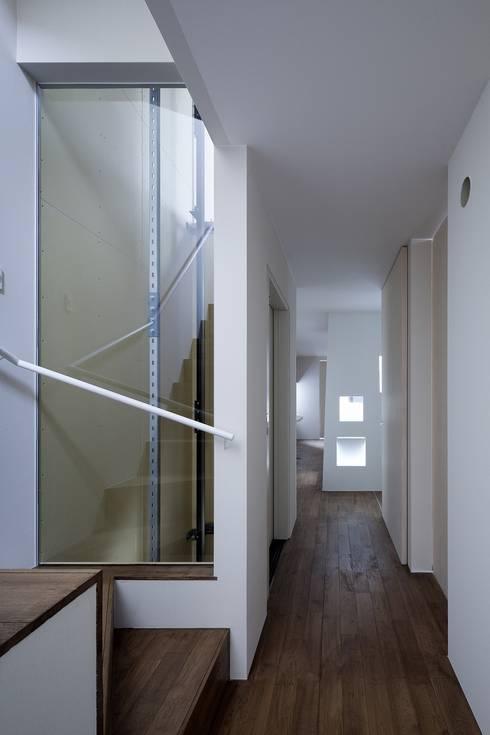 ガラスのエレベーター: ARCHIXXX眞野サトル建築デザイン室が手掛けた廊下 & 玄関です。