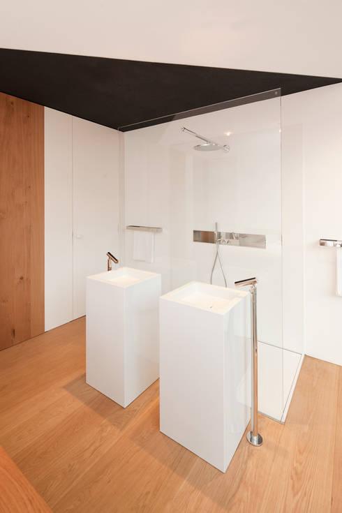 Schwarz auf Weiß:  Badezimmer von Fabi Architekten BDA