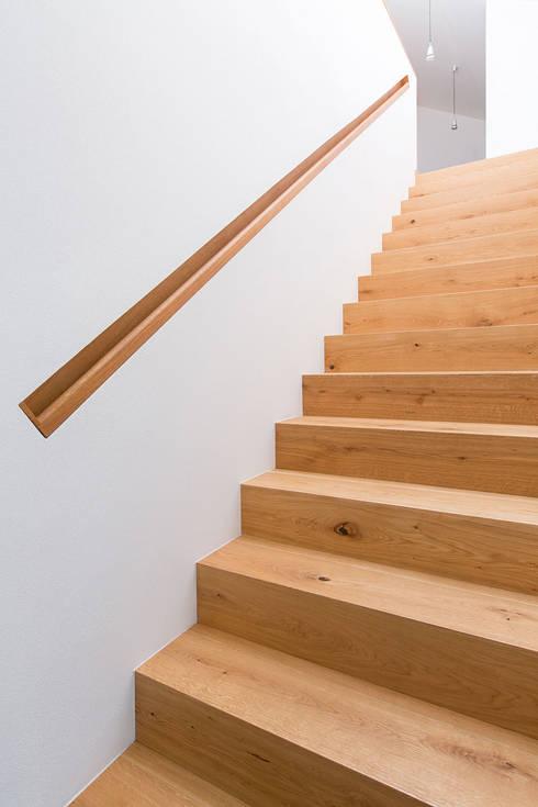 Treppe EG-OG:  Flur & Diele von ku architekten