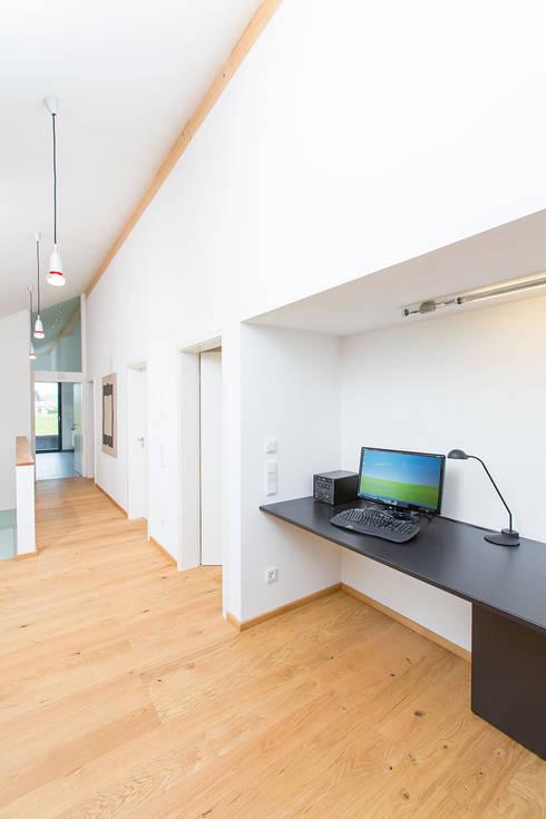 Gemeinschaftsbereich:  Flur, Diele & Treppenhaus von ku architekten