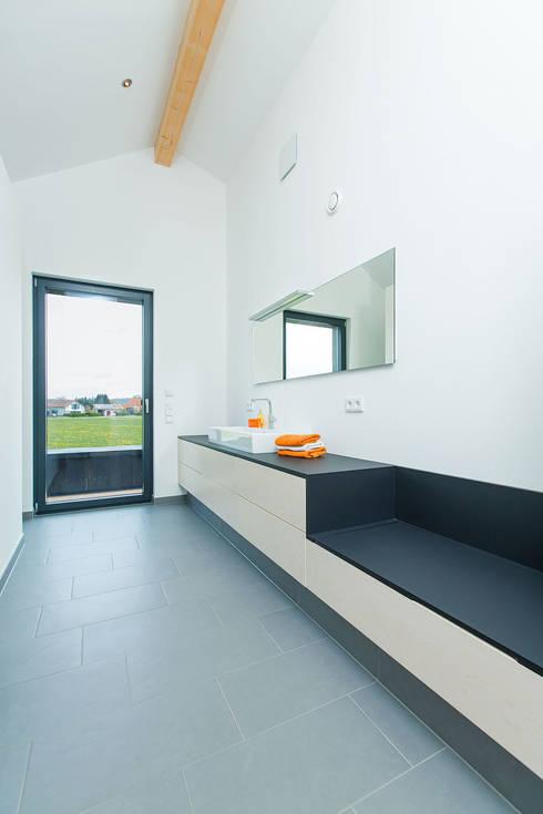 Bad:  Badezimmer von ku architekten