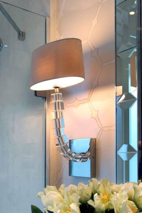 Bagno in stile in stile Moderno di Flairlight Designs Ltd