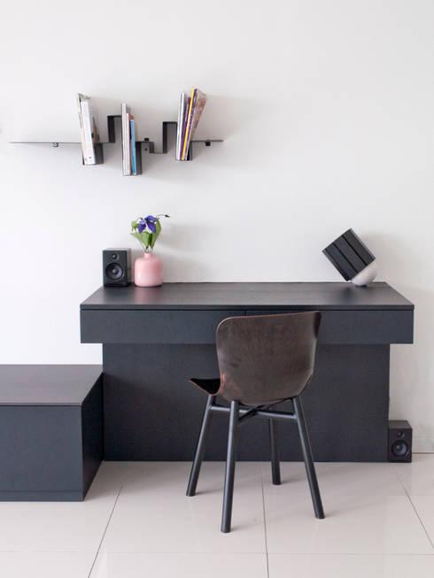 werkplek in de huiskamer: moderne Woonkamer door IJzersterk interieurontwerp