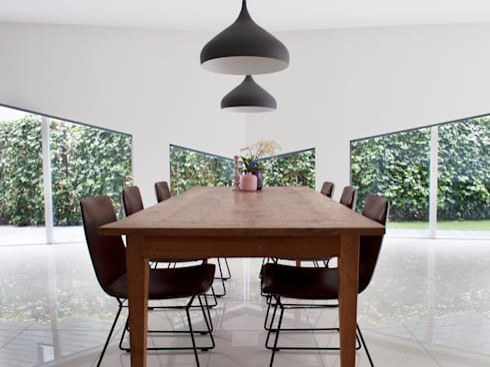 eettafel met asymmetrische raampartij: moderne Woonkamer door IJzersterk interieurontwerp
