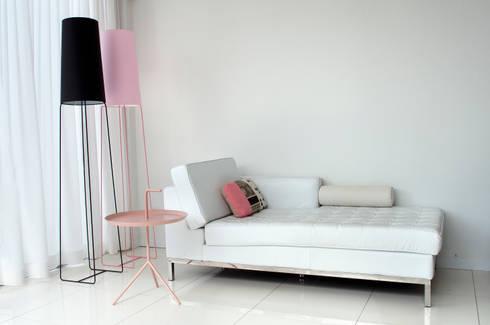 loungeplek in de huiskamer: moderne Woonkamer door IJzersterk interieurontwerp