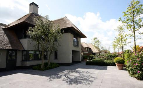 Entree Voorgevel- modern landhuis te Vinkeveen:  Buitenhuis door Building Design Architectuur