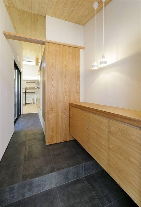 Yakisugi House: 長谷川拓也建築デザインが手掛けた廊下 & 玄関です。