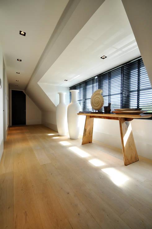 Gang op de verdieping - modern landhuis te Vinkeveen:  Gang en hal door Building Design Architectuur