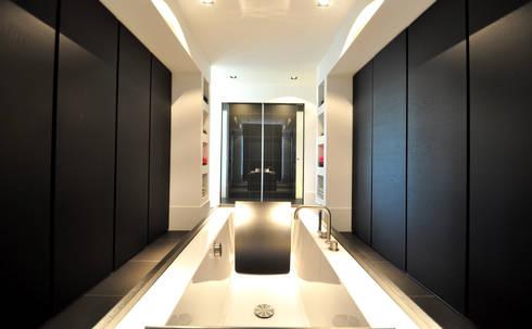 Badruimte - modern landhuis te Vinkeveen: moderne Badkamer door Building Design Architectuur