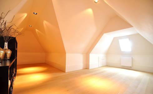 Slaapruimte / Zolderruimte - modern landhuis te Vinkeveen: moderne Slaapkamer door Building Design Architectuur
