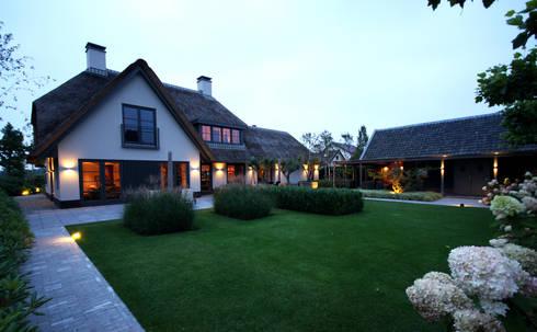 Tuinzijde - modern landhuis te Vinkeveen: moderne Tuin door Building Design Architectuur