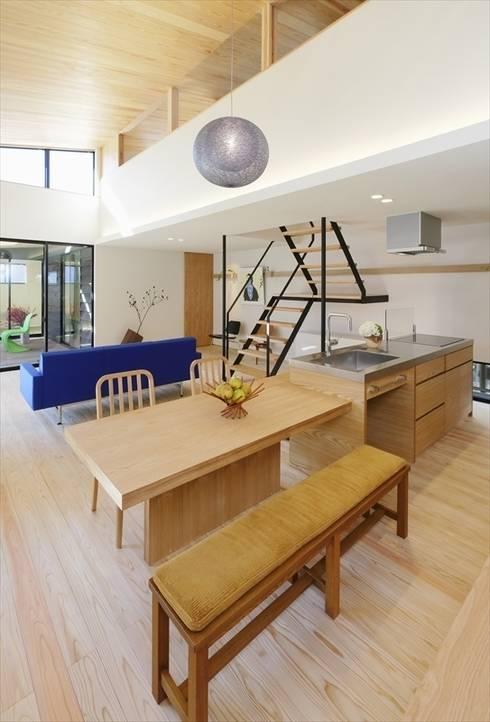 Yakisugi House: 長谷川拓也建築デザインが手掛けたキッチンです。