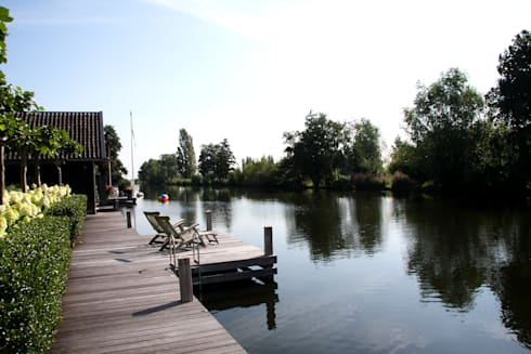 Steiger naast boothuis - modern landhuis te Vinkeveen:  Terras door Building Design Architectuur