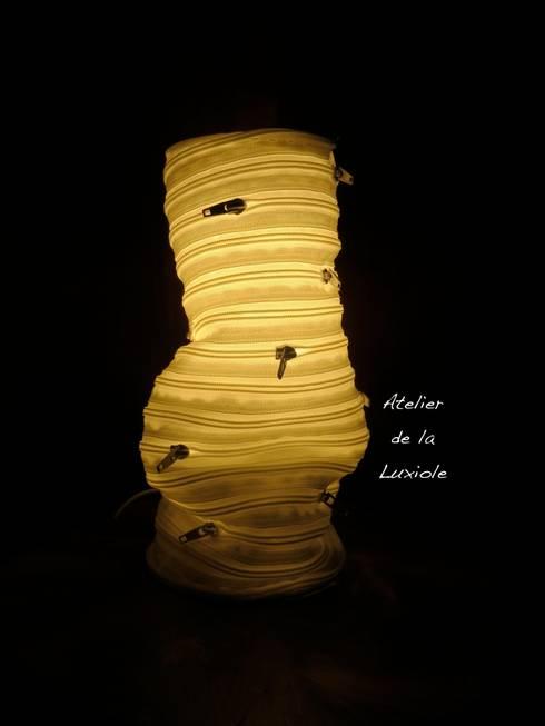 La lampe fermeture éclaire en position froissée: Salle à manger de style de style eclectique par Atelier de la Luxiole