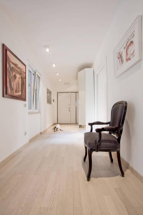 Pasillos y vestíbulos de estilo  por Emanuela Gallerani Architetto