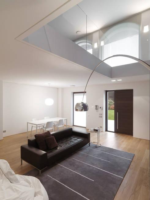 Ruang Keluarga by studio antonio perrone architetto
