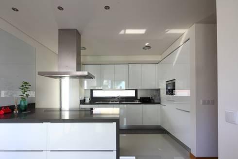Moradia Unifamiliar Rua Geraldo Kimpell – Valbom Gondomar: Cozinhas minimalistas por Albertina Oliveira-Arquitetura Unipessoal Lda