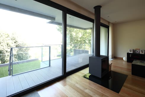 Moradia Unifamiliar Rua Geraldo Kimpell – Valbom Gondomar: Salas de estar minimalistas por Albertina Oliveira-Arquitetura Unipessoal Lda