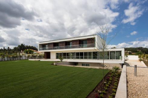 Casa PL: Casas modernas por Atelier Lopes da Costa