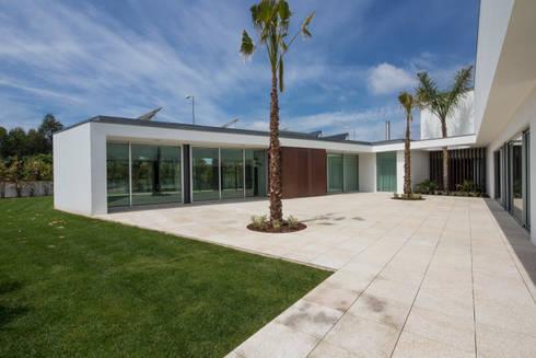 Casa PL: Casas mediterrânicas por Atelier Lopes da Costa