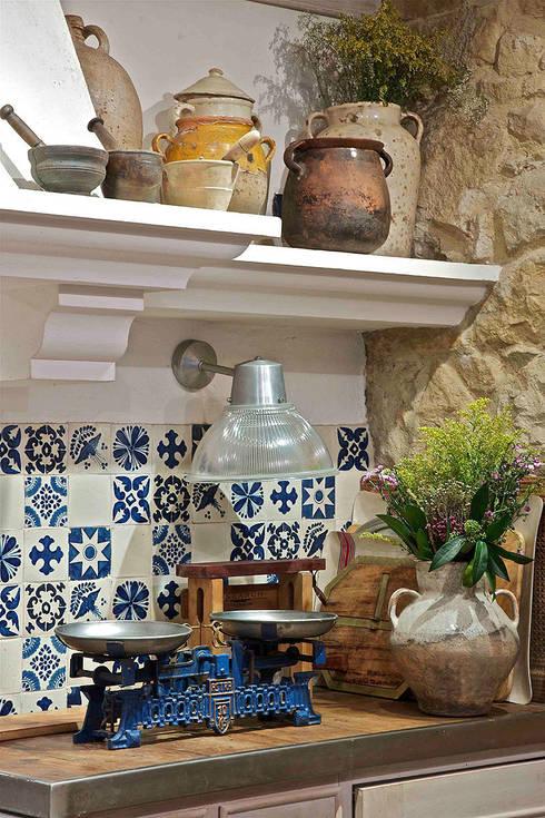 La cultura del txoko tradicional.: Cocinas de estilo rústico de URBANA 15
