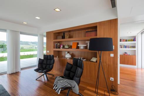 Casa PL: Salas de estar modernas por Atelier Lopes da Costa