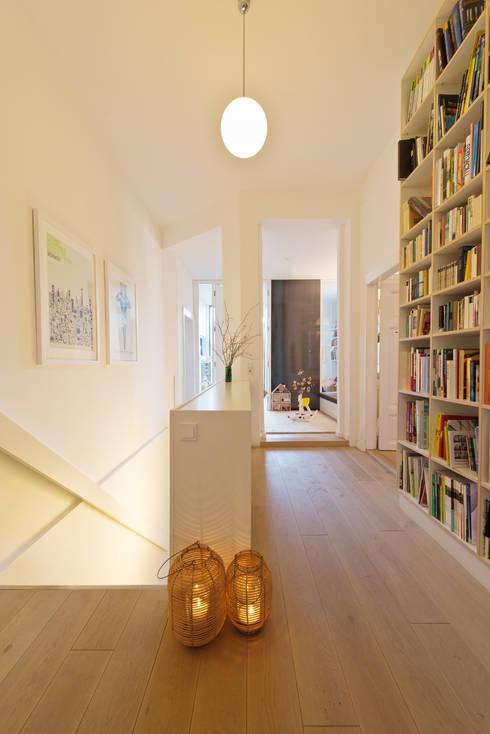 Wohnhaus A in Oldenburg:  Flur & Diele von ANGELIS & PARTNER Architekten mbB