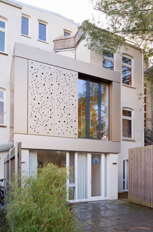 Wohnhaus A in Oldenburg: moderne Häuser von ANGELIS & PARTNER Architekten mbB