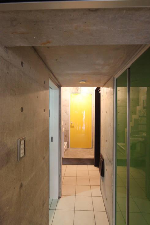 Corredores e halls de entrada  por atelier m