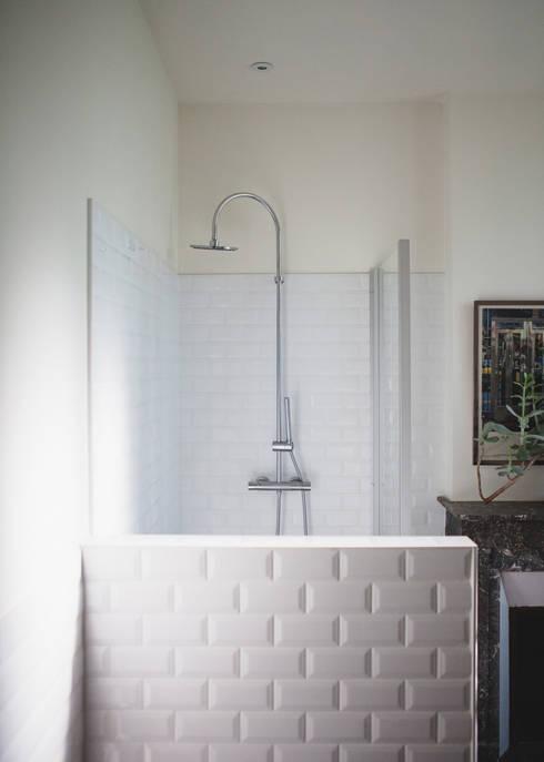 salle d'eau: Salle de bains de style  par Maguelone Vidal Architectures