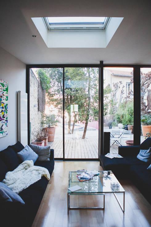 La Maison de Gilles & Nathalie: Terrasse de style  par Maguelone Vidal Architectures