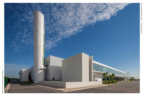 Perspectiva: Espaços comerciais  por LoebCapote Arquitetura e Urbanismo