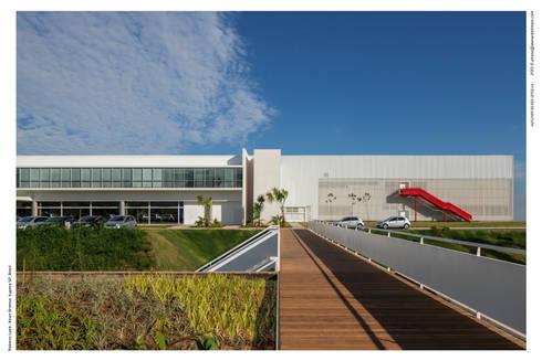 Passarela de Acesso: Espaços comerciais  por LoebCapote Arquitetura e Urbanismo