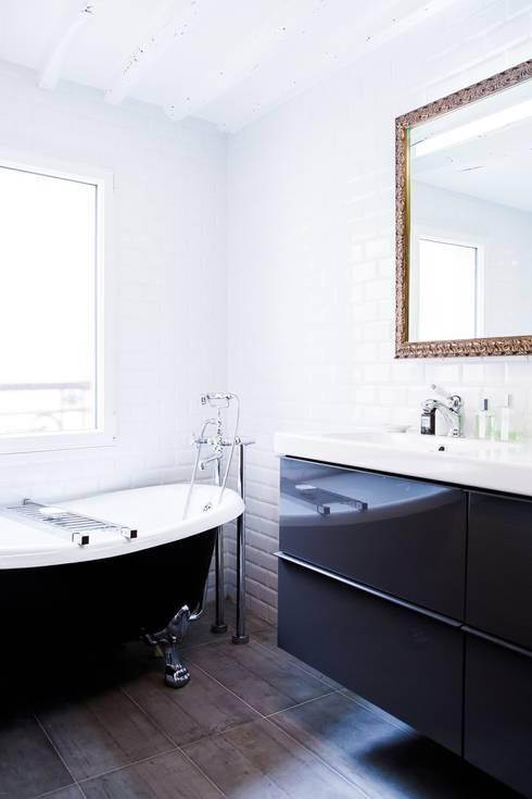 Appartement Montorgueil Paris: Salle de bains de style  par Hélène de Tassigny