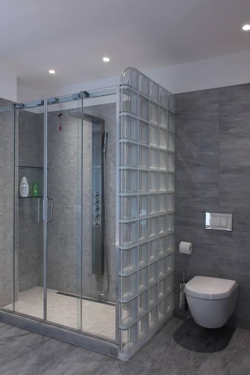 Loft per single: Bagno in stile in stile Minimalista di Francesca Bonorandi