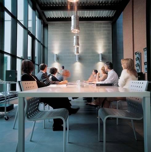 Sala riunioni: Complessi per uffici in stile  di Francesca Bonorandi