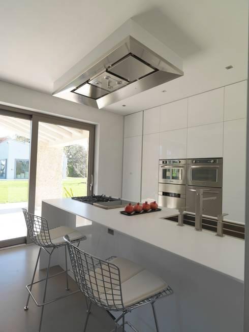 renovation in North Italy: Cucina in stile in stile Minimalista di Vegni Design