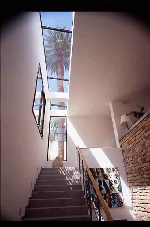 Escalier d'entrée dans l'axe d'un palmier: Maison de style  par alia bengana architecte