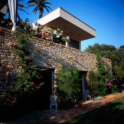 Mur en pièrre de kabylie, les chambres sont au rez-de -chaussée et donnent sur le jardin: Maison de style  par alia bengana architecte
