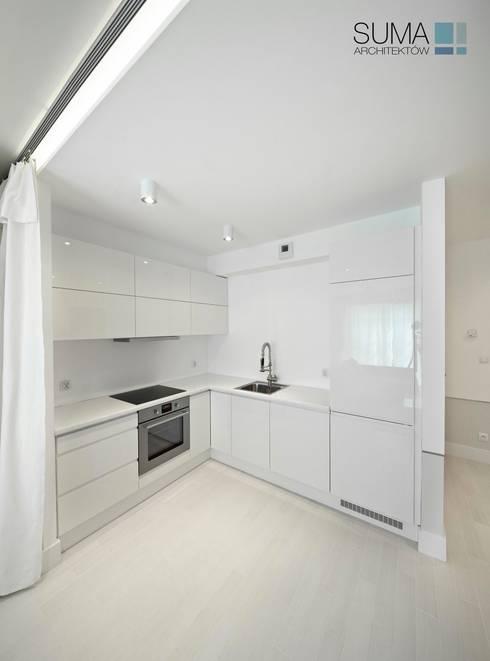 WHITE ONE: styl , w kategorii Kuchnia zaprojektowany przez SUMA Architektów
