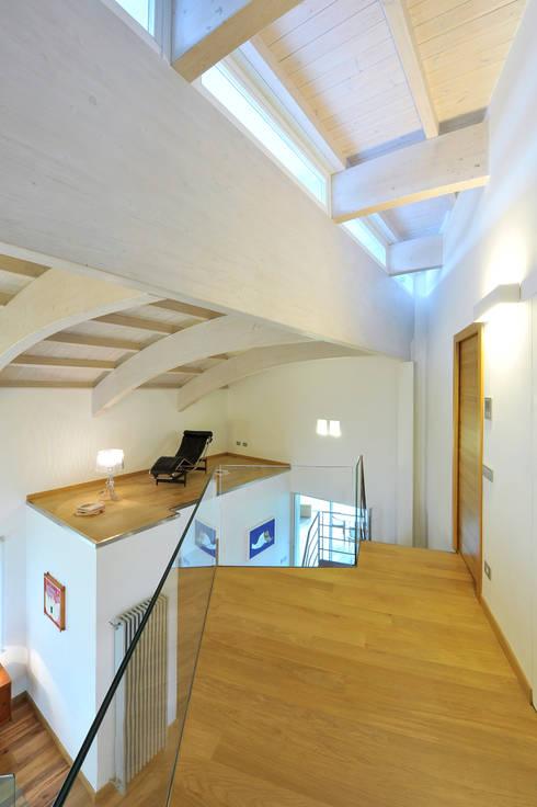 Villa Aquilani : Ingresso & Corridoio in stile  di  INO PIAZZA studio