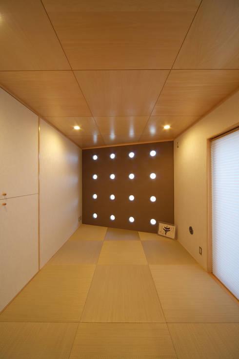 川を望む家: ヒロノアソシエイツ一級建築士事務所が手掛けた和室です。