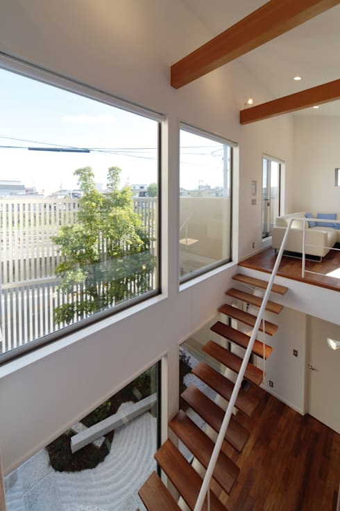川を望む家: ヒロノアソシエイツ一級建築士事務所が手掛けた玄関・廊下・階段です。