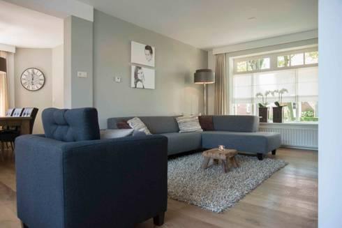 Bank en fauteuil met prachtige lamp en kleine maar sfeervolle salontafel: landelijke Woonkamer door Hemels Wonen interieuradvies en ontwerp