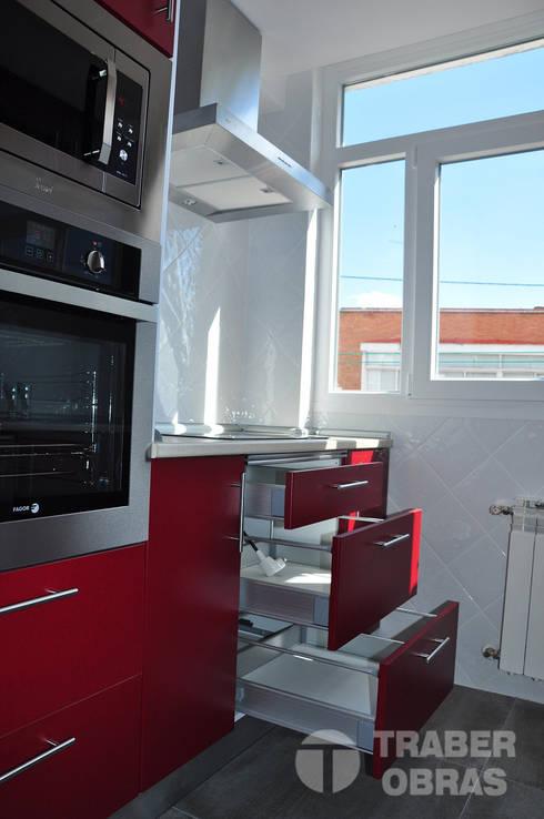 Cocinas de estilo moderno por Traber Obras