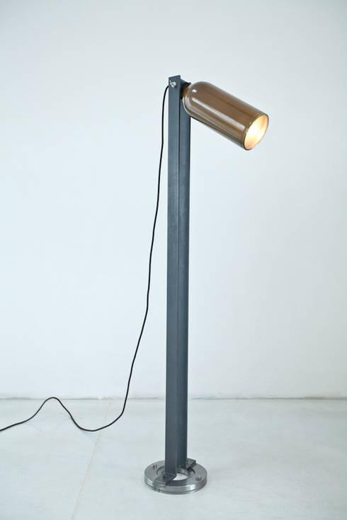 Seltzer bottle floor lamp: styl , w kategorii Salon zaprojektowany przez NaNowo Industrial Design